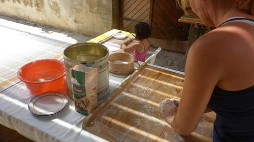 Készül a kemencében sütött langalló